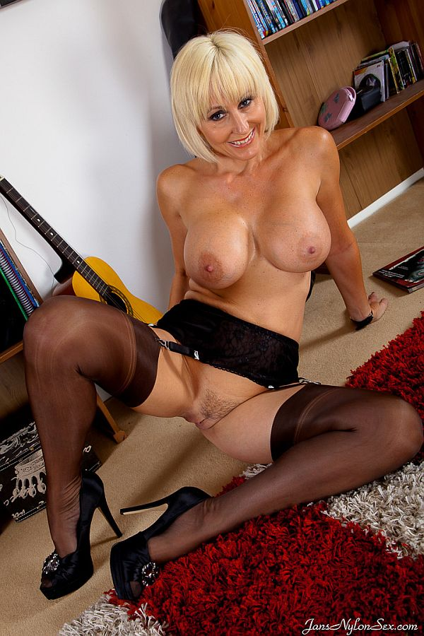 Jan Burton – Horny MILF Masturbates In Chocolate Nylon Stockings, Suspenders And Heels