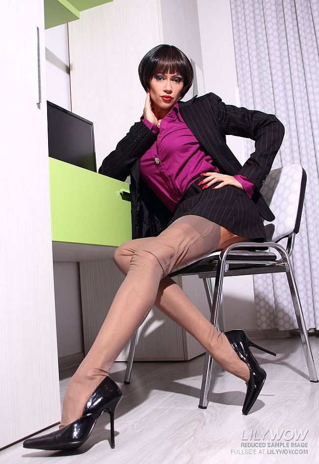 Lily Wow - Leggy Secretary Masturbates In Fully-fashioned Nylon Stockings and Heels